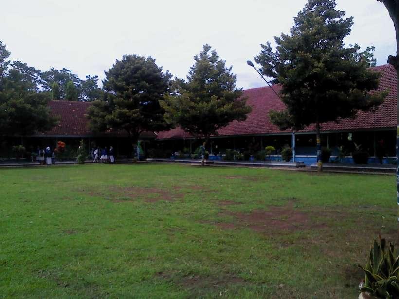 Lapangan tengah SMAN 1 Glagah. Terlihat sangat bersih ya. :)