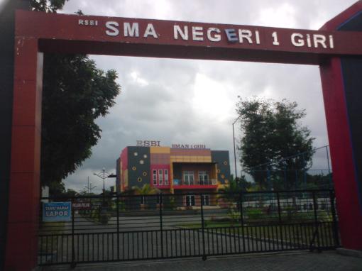 Pintu gerbang timur SMAN 1 Giri (sumber : paktris.wordpress.com)