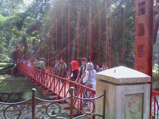 jembatan merah atau jembatan gantung.