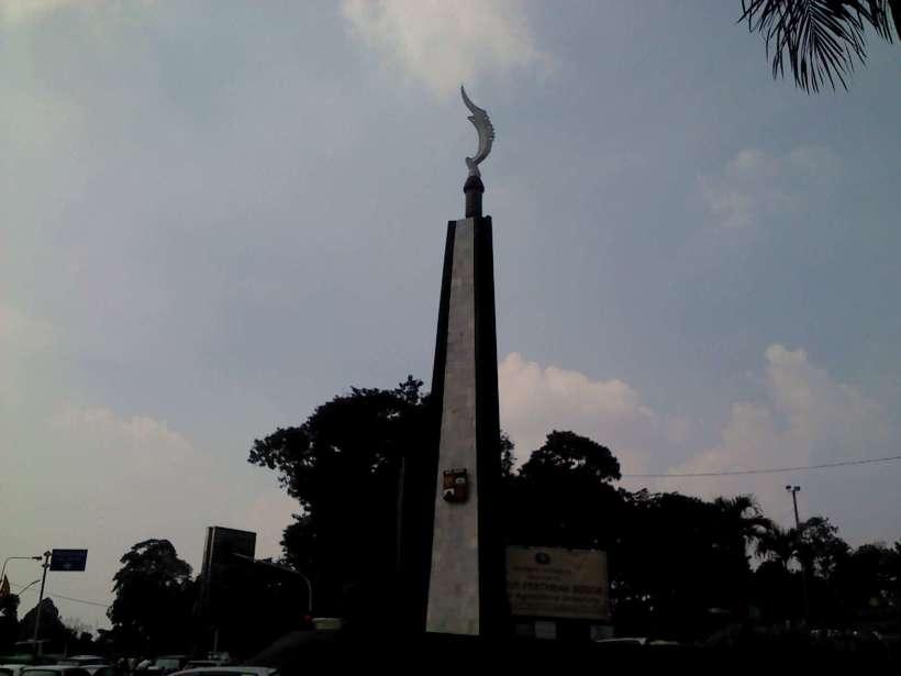 monumen kujang. sepertinya monumen ini yang menjadi titik nol kota Bogor.