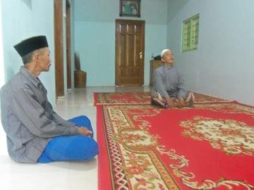 Kiri : pak RW, Kanan : Pak Muhali, selaku ketua masyarakat setempat.