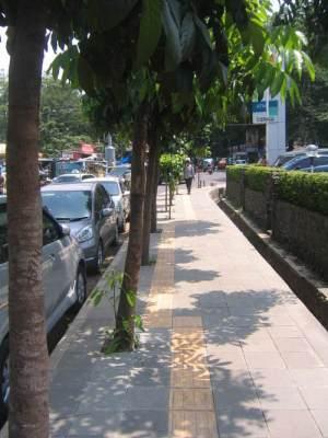 Pejalan kaki di atas trotoar