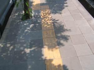 jalur kuning di trotoar Kota Bandung
