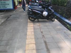 wah, sayangnya masih ada parkir liar di trotoar