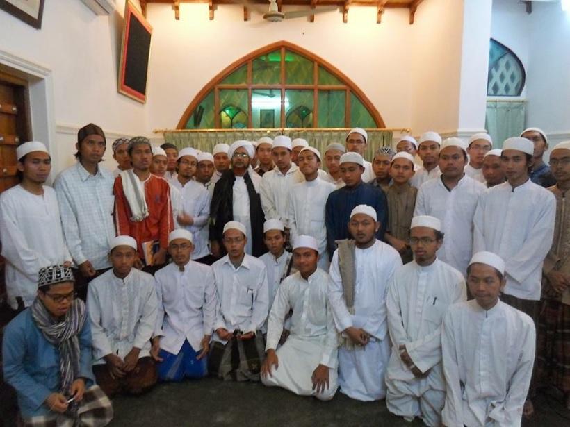 al-Habib 'Umar bersama para santri Lirboyo, Kediri, Jawa Timur