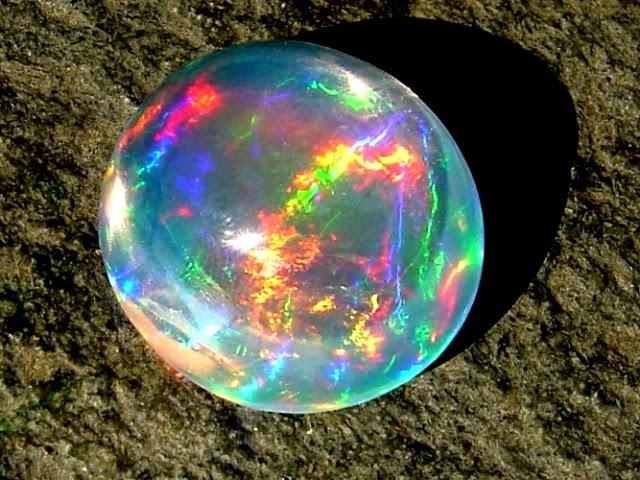 Batu kalimaya termasuk salah satu yang menurut saya paling indah. Maha Suci Allah yang menciptakan batu jenis ini beserta semua warnanya. Tidakkah kita berfikir bahwa batu ini diciptakan agar kita semakin memahami akan keagungan-Nya? (sumber: www.embacincin.com)